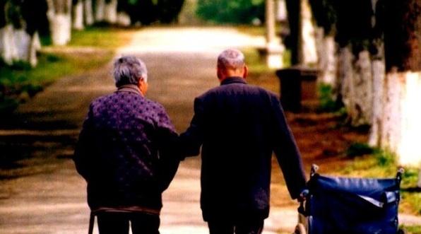 老婆婆和老公公的年紀老邁,老公公的身子一直很差,而老婆婆的身子卻尚算壯健.