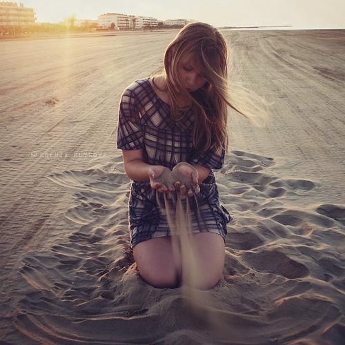 「媽媽,婚後我該怎麼把握愛情呢?」 母親聽了女孩的問話,溫情地笑了笑,然後慢慢地蹲下,從地上捧起一捧沙子。 女孩發現那捧 […]